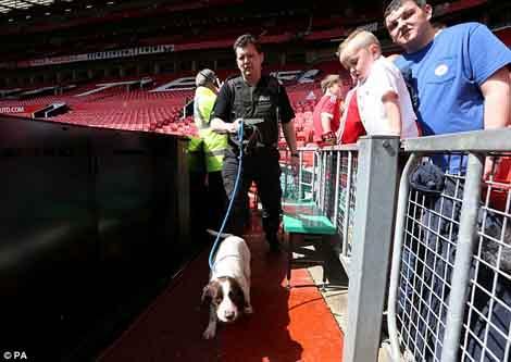Cảnh sát và chó săn được huy động đến sân Old Trafford