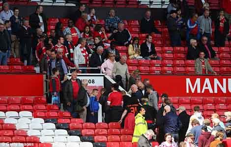 Khán giả rời sân Old Trafford