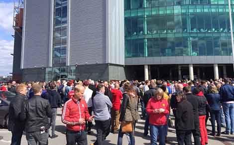 Nhiều CĐV đến ngoài sân đã được thông báo trận đấu bị hoãn