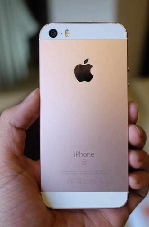 Mặt sau máy màu vàng hồng, có chữ SE dưới dòng chữ iPhone.