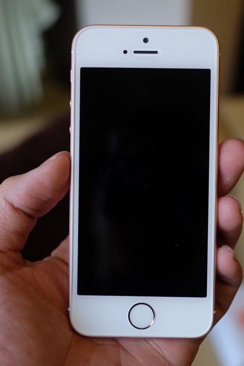Mặt trước máy giống hệt iPhone 5S.