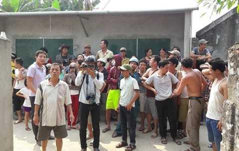 Rất đông người dân hiếu kỳ tập trung ở hiện trường vụ bắt cóc con tin. Ảnh: Hồng Thắng