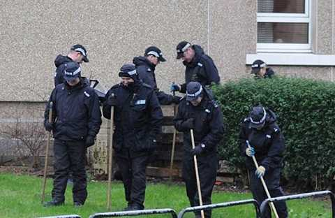 Cảnh sát kiểm tra quanh khu vực nơi xảy ra án mạng. Ảnh Mirror