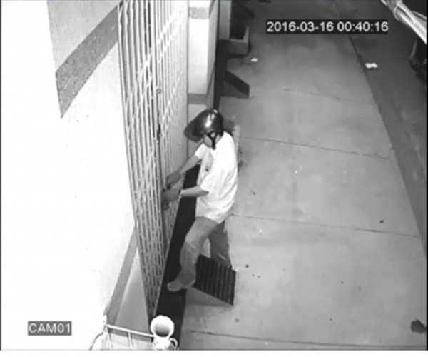 Người lạ khóa ngoài các cửa nhà anh Sử bị camera an ninh ghi hình. Ảnh: C.A