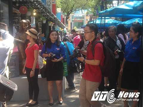 Đường sách Sài Gòn đón cũng rất đông khách đến thăm