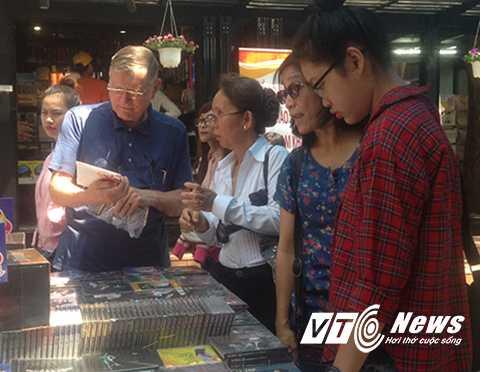 Nhiều người nước ngoài đến đường sách để tìm hiểu về lịch sử Việt Nam