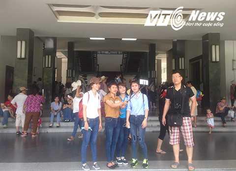 Nhiều bạn trẻ chụp ảnh lưu niệm tại Dinh Độc Lập