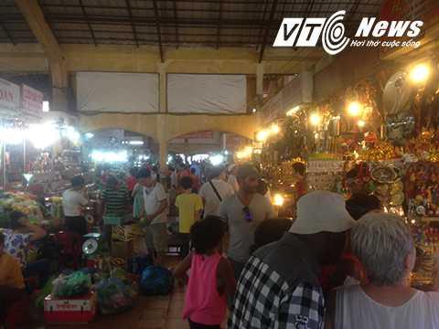 Chợ Bến Thành đông nghẹt khách du lịch tới tham quan, mua sắm