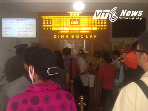 Nhiều người xếp thành hàng dài để mua vé vào Dinh Độc Lập