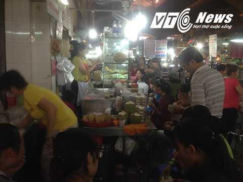 Các hàng quán tại chợ Bến Thành đông nghẹt
