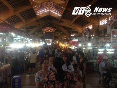 Nhiều khách du lịch chọn chợ Bến Thành là nơi thăm quan, mua sắm