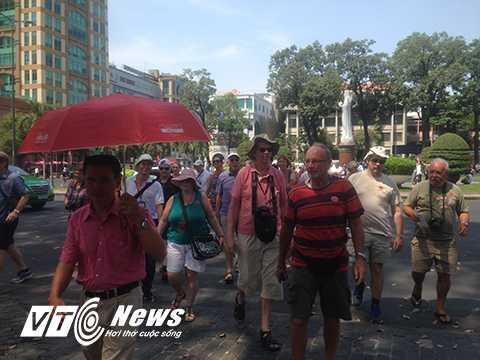 Rất nhiều khách nước ngoài đến tham quan tại các điểm du lịch Sài Gòn