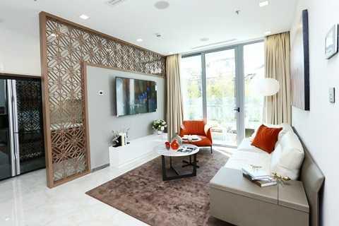 Phòng khách căn hộ dự án Vinhomes Golden River được thiết kế mở sang trọng và hiện đại. Hệ thống kính Low-E chạm sàn giúp giảm nhiệt, truyền sáng, cản tia UV giúp căn phòng luôn chan hòa ánh sáng và thoáng mát.