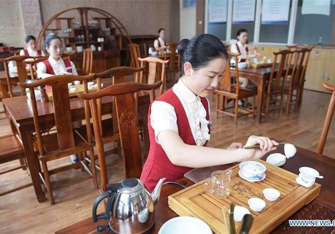 Trường Bách Khoa Hàng không Thành Đô ở tỉnh Tứ Xuyên, Trung Quốc, đào   tạo tiếp viên hàng không chuyên nghiệp khá danh tiếng. Sau khi trúng   tuyển, các nữ sinh xinh đẹp phải trải qua quá trình đào tạo khắt khe.   Chương trình học bao gồm cả nghệ thuật trà đạo.