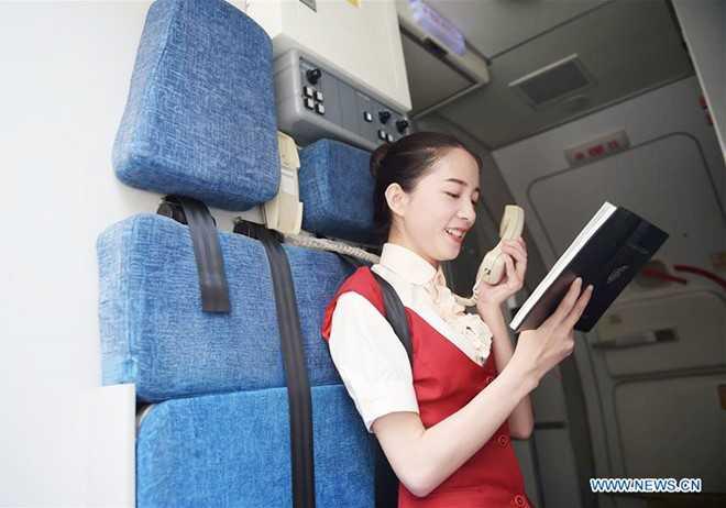 Học viên năm hai bắt đầu học cách đọc thông báo trên máy bay trong một   tình huống đào tạo mô phỏng. Tất cả tiếp viên chuyên nghiệp đều phải   luyện giọng mỗi ngày.