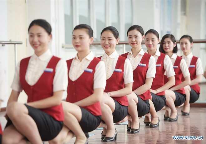 Tiếp viên hàng không là một trong những nghề dịch vụ yêu cầu khắt   khe nhất. Những nữ tiếp viên luôn phải thể hiện vẻ đẹp hoàn mỹ. Vì thế,   trong quá trình học, họ phải luyện tập những chi tiết nhỏ như tư thế   ngồi.