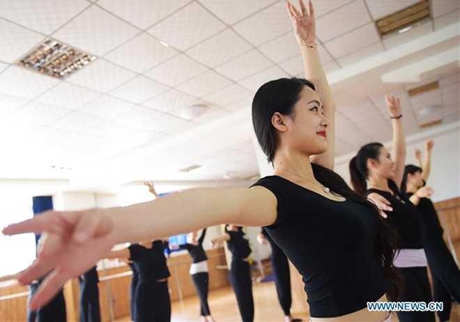 Ngoại hình gần như là yêu cầu đầu tiên đối với những người ứng tuyển vào   trường. Trong quá trình học, trường cũng chú trọng yếu tố này. Vì thế,   học viên phải luyện tập các động tác vũ đạo được thiết kế nhằm mục đích   giữ dáng.