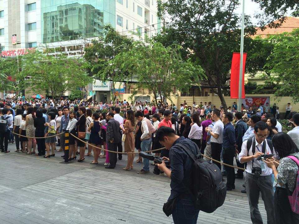 Rất đông đảo người dân đứng hai bên đường (ảnh: Phan Cường)