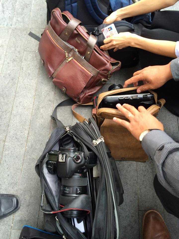 Tất cả các thiết bị ghi hình, quay phim đều được kiểm tra kỹ lưỡng (ảnh: Phan Cường)