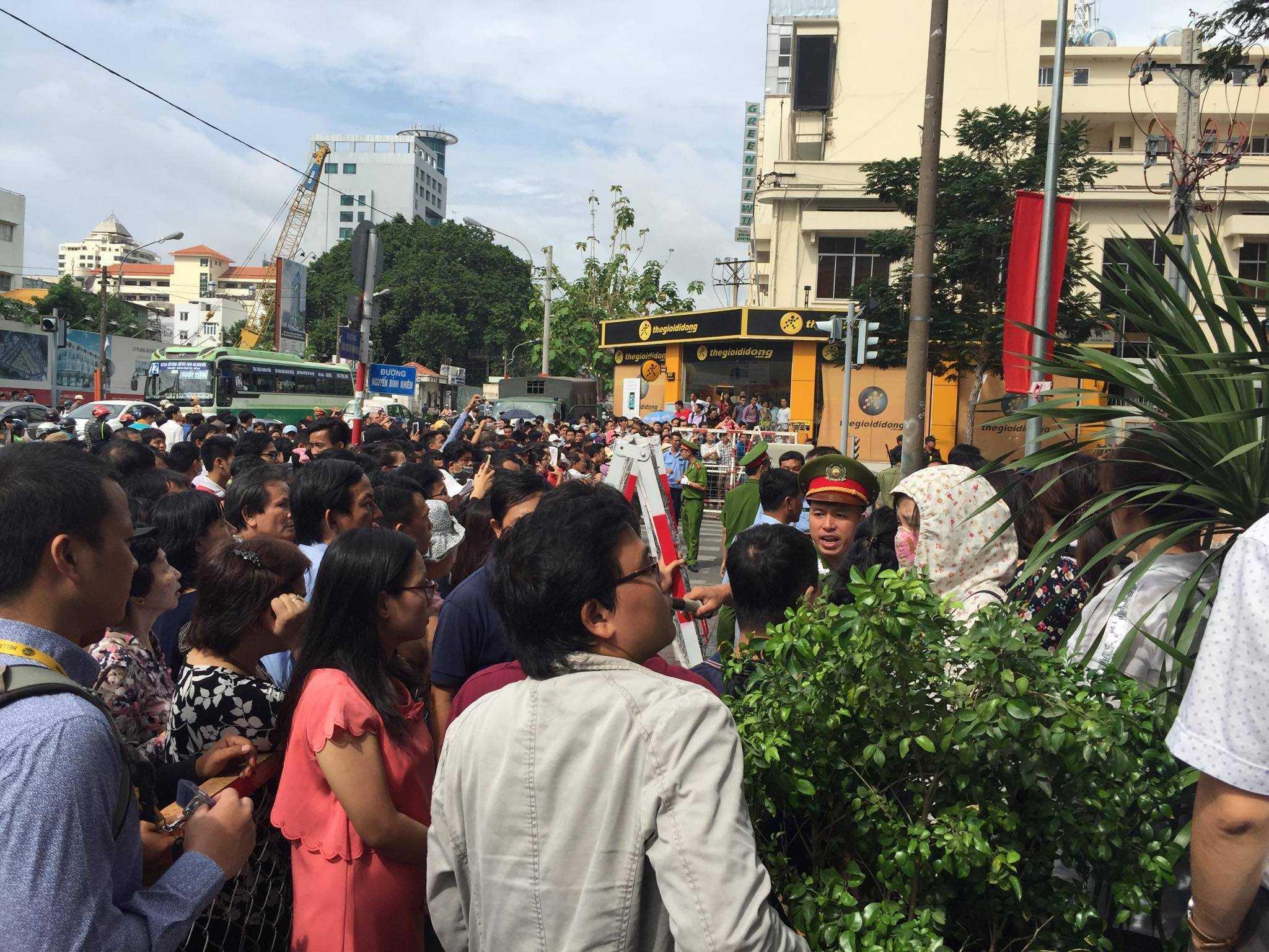 Người dân phủ kín những con phố gần GEM Center. ảnh: Chu Nguyên