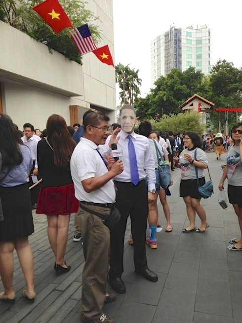 Một khán giả hâm mộ hài hước đóng giả ông Obama, xuất hiện tại cuộc giao lưu với các thành viên người Việt thuộc