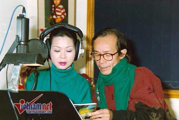 Trịnh Công Sơn và Khánh Ly trong một buổi thu âm chung.