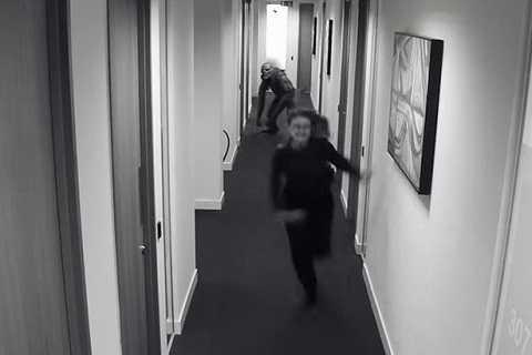 Hình ảnh đáng sợ một con quái vật rượt đuổi người phụ nữ.