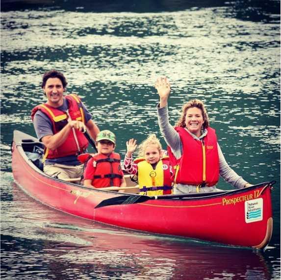 Đưa cả gia đình đi chơi thuyền. Ảnh: Instagram.