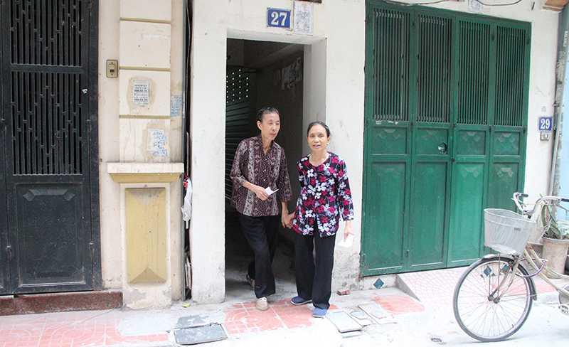 Bà Nguyễn Thị Nhâm (67 tuổi) và bà Trần Thị Thoan (74 tuổi) ở tổ 36 phường Nghĩa Đô, quận Cầu Giấy, TP Hà Nội chuẩn bị từ rất sớm để đi bầu cử (Ảnh: Phạm Thịnh)