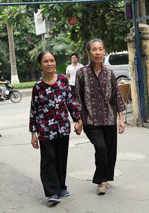 Hai bà đi từng bước chậm rãi đến khu vực bầu cử với tinh thần vui vẻ, phẩn khởi