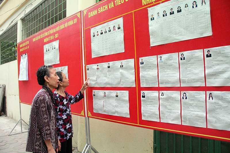Bà Nhâm và bà Thoan xem lại danh sách các ứng cử viên để có thể lựa chọn chính xác nhất người đại biểu của nhân dân (Ảnh: Phạm Thịnh)