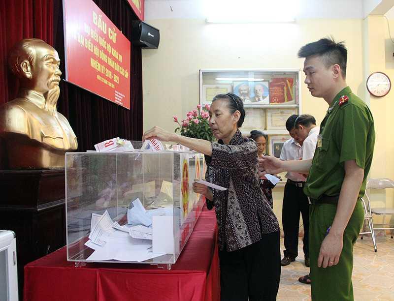 Bà Nhâm tự tay bỏ những lá phiếu để chọn người đại biểu