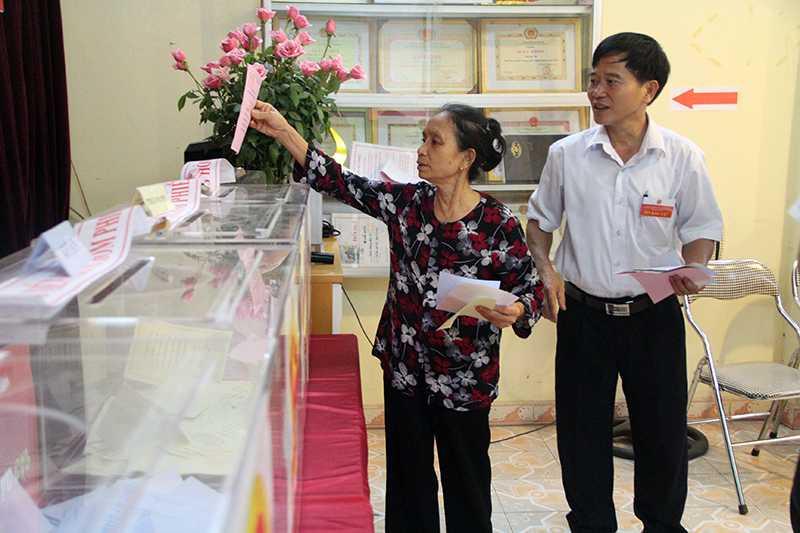 Bà Trần Thị Thoan tự tay bỏ phiếu bầu cử