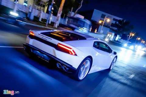 Cùng với Ferrari 488 GTB, Lamborghini   Huracan đang là siêu xe hot nhất tại Việt Nam tính đến thời điểm này.   Trị giá xe chưa tính phí trước bạ là 14 tỷ. Sau khi ra biển số trắng, số   tiền đại gia phải bỏ ra trên 15 tỷ đồng để sở hữu siêu xe này.
