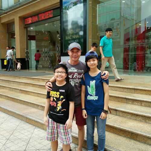 'Cô Đẩu' bên hai con, Thục Anh và bé Tít (con trai chung với người vợ thứ hai - MC Thảo Vân). Hai bé dù cùng cha khác mẹ nhưng rất thân thiết với nhau.
