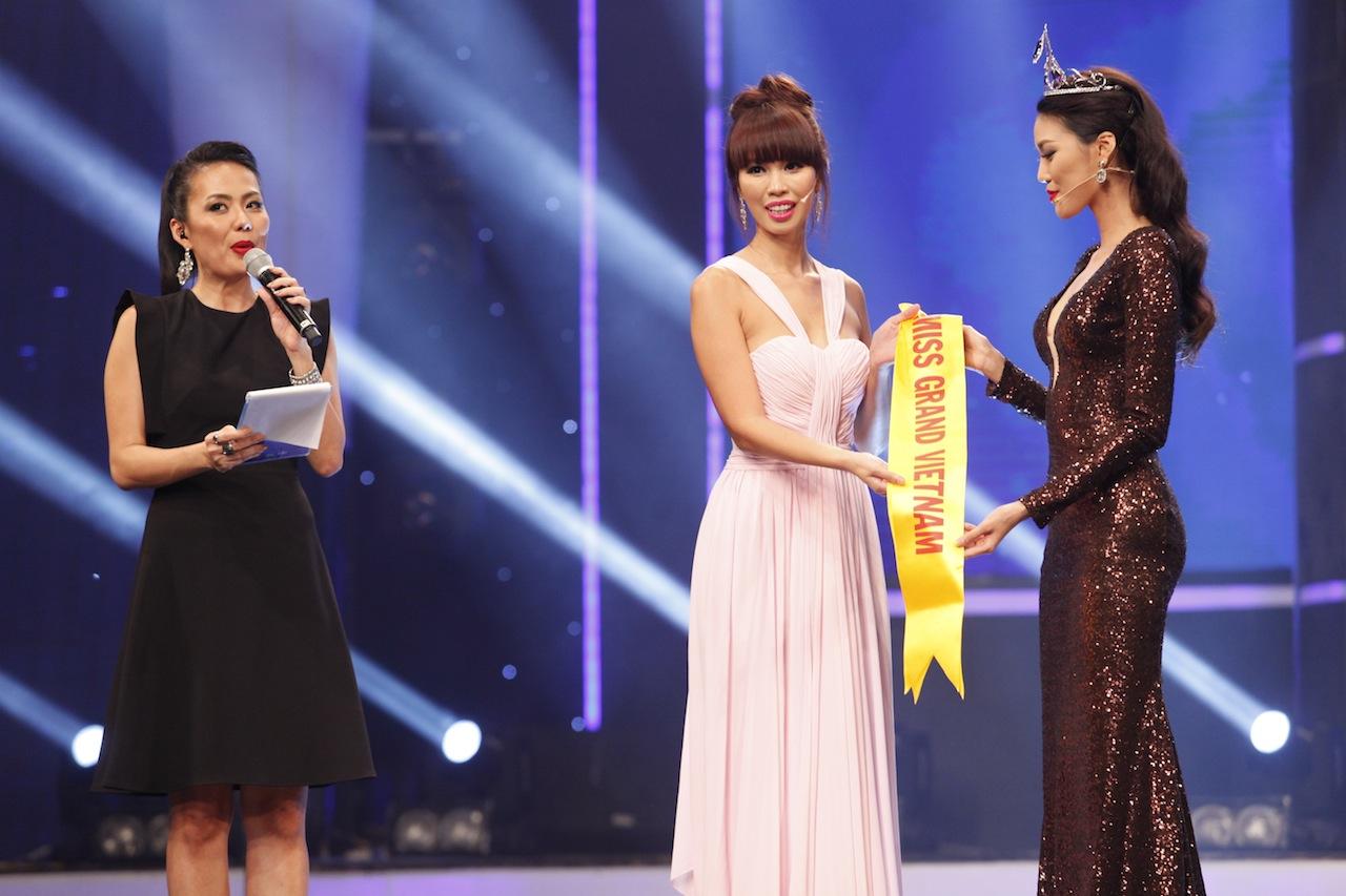 Lan Khuê đã trao lại dải băng cho đại diện của Hoa khôi Áo dài Việt Nam là Giám khảo Hà Anh.