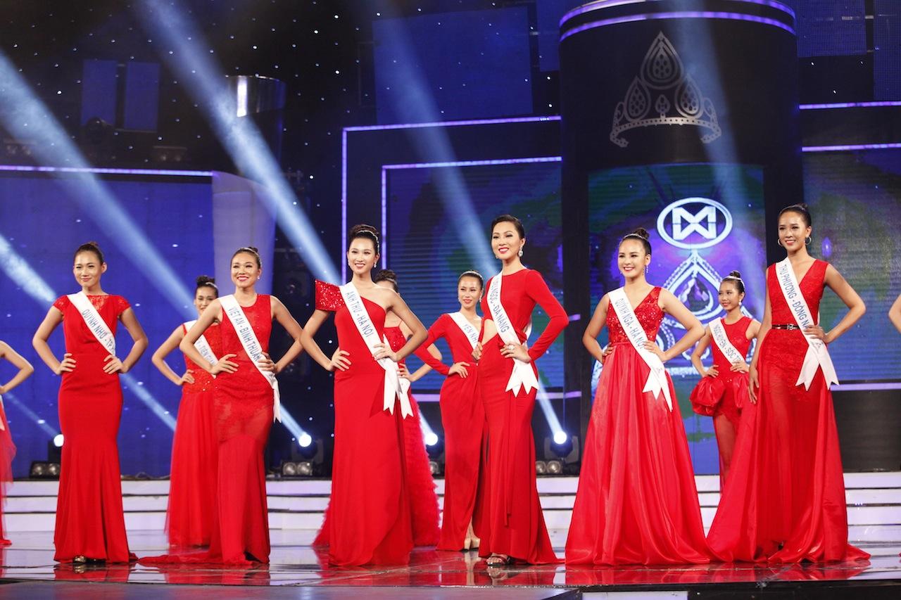 15 thí sinh xuất sắc thể hiện trọn vẹn tinh thần của bộ sưu tập trang phục dạ hội sang trọng và lộng lẫy.