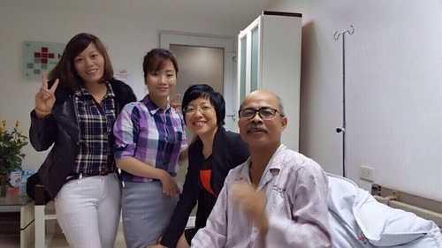 MC Thảo Vân và bạn bè vào thăm nghệ sĩ Hán Văn Tình.