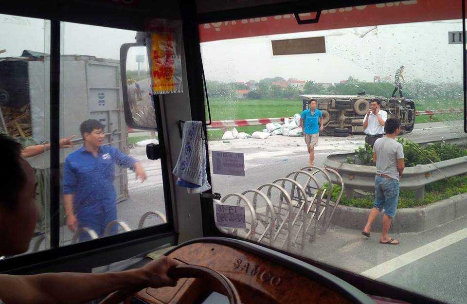 Nông sản trên 2 xe tải đổ ra đường sau va chạm. Ảnh Trần Xuân