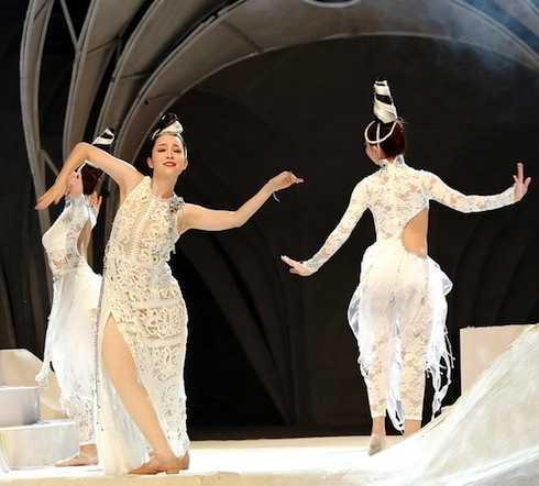 Linh Nga diện đầm xuyên thấu sexy, khoe vũ đạo uyển chuyển trên sàn catwalk