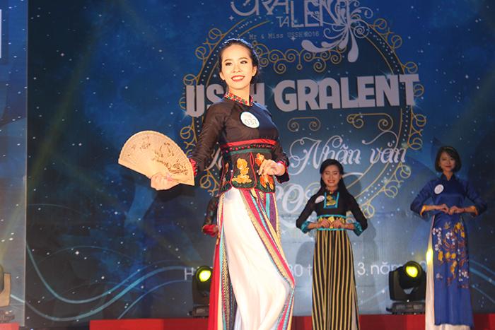 Các thị sinh trong trang phục áo dài truyền thống.