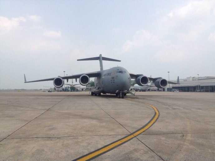 Chiếc Boeing A-17 Globemaster III chở xe ô tô riêng của Tổng thống Obama đang từ từ lăn vào sân đỗ máy bay tại CHK quốc tế Nội Bài
