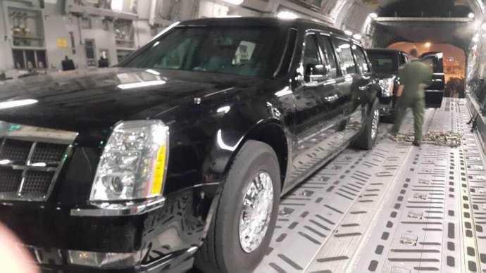 Trong hầm hàng của chiếc máy bay vận tải hạng nặng Boeing C17 Globemaster III là 2 chiếc ô tô sẽ chở Tổng thống Obama trong chuyến thăm Việt Nam lần này.