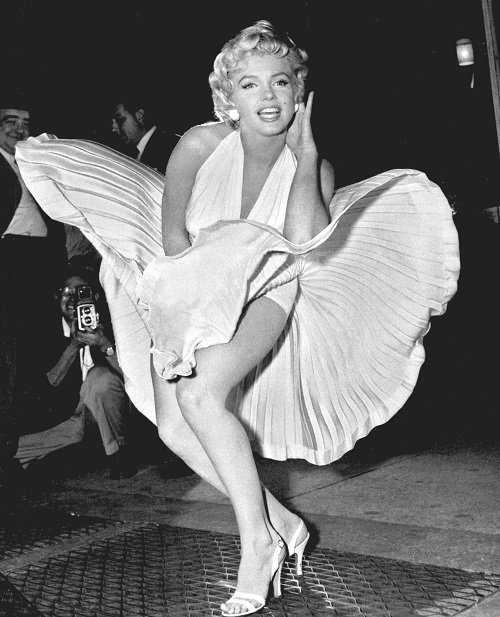 Màn tung váy nổi tiếngcủa Marilyn Monroe trong bộ phimThe Seven Year Itch (Bảy năm ngứa ngáy) năm 1955. Giây phút vô cùng gợi cảm củaMarilyn Monroe khi bất ngờ bị cơn gióthổi tung chiếc váy trắng đã trở thành một biểu tượngkinh điển của nữ diễn viên suốt nhiều thập kỷ qua.Và bây giờ, hễ ai vô tình bị tốc váy cũng được ví nhưMarilyn Monroe.