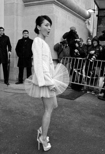 Châu Tấn với chiếc váy ngắn xếp libị gió thổi xòe tại Tuần lễ thời trang Paris 2012.