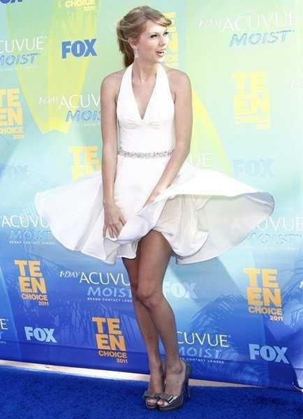 Taylor Swift cũng bị cánh săn ảnh chụp lại được giây phút tương tự Marilyn khi tham dự Lễ trao giải Teen Choice năm 2011.