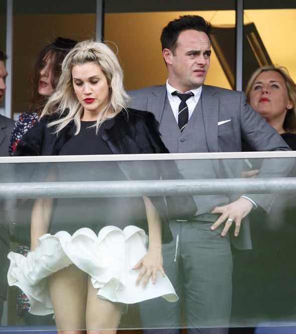 Tháng 3.2015, nữca sĩ-diễn viênAshley Roberts đi xem đua ngựa tại cuộc đua thường niênRaceday đã vô tình bị gió hất tung làn váy. May mắn cô nàng đã kịp thời giữ lại.