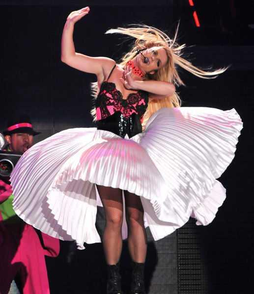 Nữ ca sĩ Britney Spear xòe tung váy trên sân khấu Cung điệnOlimpiisky, Moscow.
