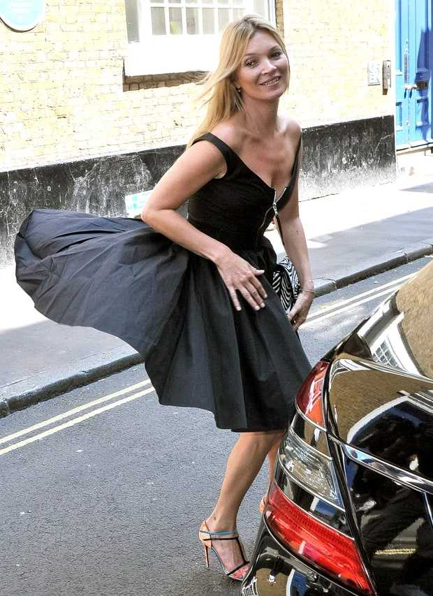 Tháng 7.2013, chiếc váy đen củasiêu mẫu Kate Moss bị gió tốc cao phía sau khi đang đi trên đường phố Londonkhiến cô nàng gặp phải tình huống hớ hênh trong giây lát.