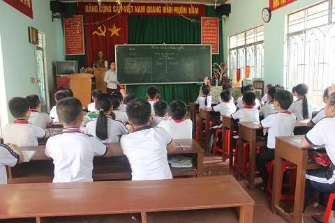 Vì thiếu lớp nên học sinh phải học tạm tại UBND phường Ảnh: TH